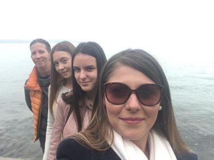 Cirádás lányok a Balatonnál